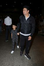 Bhushan Kumar with Son Spotted At Airport on 1st Jan 2018 (15)_5a4b2c0e811e5.JPG