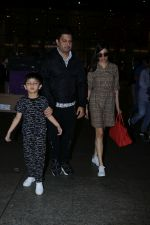 Divya Khosla Kumar, Bhushan Kumar with Son Spotted At Airport on 1st Jan 2018 (2)_5a4b2c0feb3a0.JPG