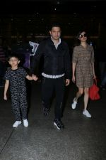 Divya Khosla Kumar, Bhushan Kumar with Son Spotted At Airport on 1st Jan 2018 (3)_5a4b2c3151edb.JPG