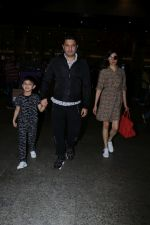 Divya Khosla Kumar, Bhushan Kumar with Son Spotted At Airport on 1st Jan 2018 (5)_5a4b2c10cfd8a.JPG
