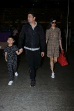 Divya Khosla Kumar, Bhushan Kumar with Son Spotted At Airport on 1st Jan 2018 (7)_5a4b2c1195b5f.JPG