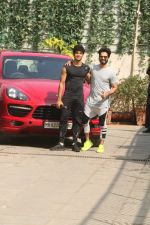 Shahid Kapoor, Ishaan Khattar Spotted at Reset Gym, Bandra on 2nd Jan 2018 (11)_5a4b4d8b90986.JPG