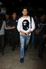 Sidharth Malhotra Spotted At Airport on 2nd Jan 2018 (1)_5a4c7a865ffb3.JPG