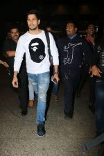 Sidharth Malhotra Spotted At Airport on 2nd Jan 2018 (10)_5a4c7a8caa896.JPG