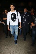 Sidharth Malhotra Spotted At Airport on 2nd Jan 2018 (11)_5a4c7a8d4ea41.JPG