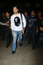Sidharth Malhotra Spotted At Airport on 2nd Jan 2018 (12)_5a4c7a8e11c13.JPG