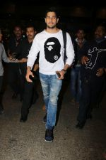 Sidharth Malhotra Spotted At Airport on 2nd Jan 2018 (13)_5a4c7a8f3d5c7.JPG