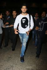 Sidharth Malhotra Spotted At Airport on 2nd Jan 2018 (14)_5a4c7a8fe843d.JPG