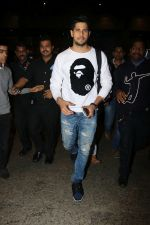 Sidharth Malhotra Spotted At Airport on 2nd Jan 2018 (15)_5a4c7a90a74cf.JPG