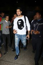 Sidharth Malhotra Spotted At Airport on 2nd Jan 2018 (2)_5a4c7a8759c91.JPG