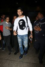 Sidharth Malhotra Spotted At Airport on 2nd Jan 2018 (3)_5a4c7a882ac9e.JPG