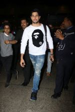 Sidharth Malhotra Spotted At Airport on 2nd Jan 2018 (5)_5a4c7a897e6b2.JPG