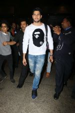 Sidharth Malhotra Spotted At Airport on 2nd Jan 2018 (6)_5a4c7a8a2025e.JPG