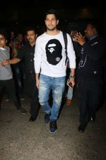 Sidharth Malhotra Spotted At Airport on 2nd Jan 2018 (7)_5a4c7a8acd714.JPG