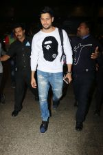 Sidharth Malhotra Spotted At Airport on 2nd Jan 2018 (8)_5a4c7a8b70f0e.JPG