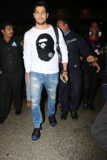 Sidharth Malhotra Spotted At Airport on 2nd Jan 2018 (9)_5a4c7a8c16884.JPG