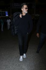 Anil Kapoor Spotted At Airport on 2nd Jan 2018 (9)_5a4c7aa2aa9b7.JPG