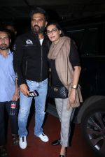 Suniel Shetty, Mana Shetty Spotted At Airport on 5th Jan 2018 (7)_5a4f181cd9087.JPG