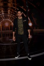 Sidharth Malhotra on the set of India_s next superstar on 6th Jan 2018 (18)_5a5321cadbc0a.JPG