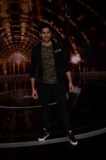 Sidharth Malhotra on the set of India_s next superstar on 6th Jan 2018 (19)_5a5321cc7865f.JPG