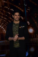 Sidharth Malhotra on the set of India_s next superstar on 6th Jan 2018 (21)_5a5321cf94b8a.JPG