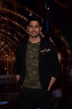 Sidharth Malhotra on the set of India_s next superstar on 6th Jan 2018 (22)_5a5321d127d6c.JPG