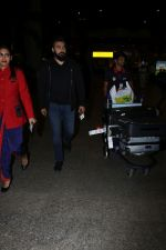 Raj Kundra Spotted At Airport on 17th Jan 2018 (11)_5a60381895061.JPG