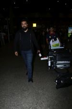Raj Kundra Spotted At Airport on 17th Jan 2018 (8)_5a603811ba91d.JPG