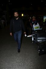 Raj Kundra Spotted At Airport on 17th Jan 2018 (9)_5a60381372790.JPG