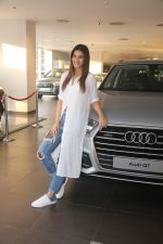 Kriti Sanon Taking The Delivery Of The Audi Q7 on 25th Jan 2018 (4)_5a6ad0b40c247.JPG