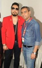 Mika Singh with Captain. Avinash Singh during The Mumbai Fest 2018 on 27th Jan 2018_5a6dc503ed03a.JPG