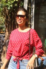 Esha Gupta spotted at Pali Village Cafe,Bandra on 1st Feb 2018 (4)_5a7326876d6f5.JPG