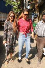 Esha Gupta with her sister spotted at Pali Village Cafe,Bandra on 1st Feb 2018 (1)_5a73267db5d98.JPG