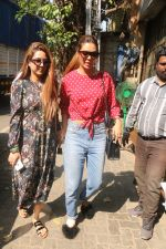 Esha Gupta with her sister spotted at Pali Village Cafe,Bandra on 1st Feb 2018 (13)_5a73268210717.JPG