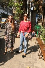 Esha Gupta with her sister spotted at Pali Village Cafe,Bandra on 1st Feb 2018 (2)_5a73267e8b48d.JPG