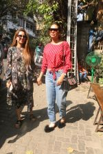 Esha Gupta with her sister spotted at Pali Village Cafe,Bandra on 1st Feb 2018 (5)_5a73268011ee5.JPG
