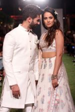 Shahid Kapoor, Mira Rajput Showstopper For Designer Anita Dongre R-Elan At Lakme Fashion Week 18 on 1st Feb 2018 (13)_5a732704eec52.JPG