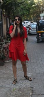Pooja Hegde Spotted At Dinesh Vijan_s Maddok Production_s Office in Khar on 12th Feb 2018 (5)_5a82e756031ec.jpg