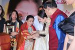 Asha Bhosle, Rekha at 5th Yash Chopra Memorial Award on 17th Feb 2018 (116)_5a894ae217754.jpg
