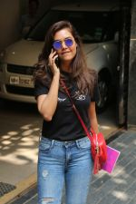 Esha Gupta spotted at Bandra on 19th Feb 2018 (4)_5a8bcf0d7aa1d.JPG