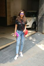 Esha Gupta spotted at Bandra on 19th Feb 2018 (7)_5a8bcf14ae1b9.JPG