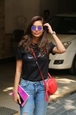 Esha Gupta spotted at Bandra on 19th Feb 2018 (9)_5a8bcf18cc84c.JPG