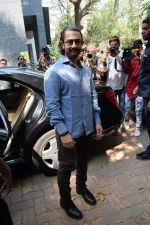 Aamir Khan at the book launch of Manjeet Hirani_s book titled _How to be Human - Life lessons by Buddy Hirani_ in Title Waves, Bandra, Mumbai on 5th March 2018 (10)_5a9e37f2de499.JPG