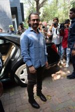 Aamir Khan at the book launch of Manjeet Hirani_s book titled _How to be Human - Life lessons by Buddy Hirani_ in Title Waves, Bandra, Mumbai on 5th March 2018 (11)_5a9e37f484755.JPG