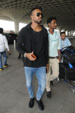Hardik Pandya spotted in Mumbai airport on 5th March 2018 (1)_5a9e3a41db174.JPG