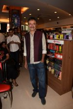 Rajkumar Hirani at the book launch of Manjeet Hirani_s book titled _How to be Human - Life lessons by Buddy Hirani_ in Title Waves, Bandra, Mumbai on 5th March 2018 (8)_5a9e37a814c7c.JPG