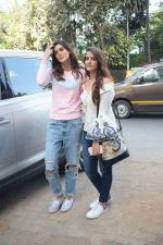 Kriti Sanon And Nupur Sanon Spotted At Juhu For Shoot Of Miss Malini Show on 23rd March 2018 (11)_5ab5f00a21705.JPG