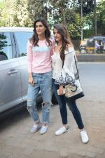 Kriti Sanon And Nupur Sanon Spotted At Juhu For Shoot Of Miss Malini Show on 23rd March 2018 (12)_5ab5ef463bc1e.JPG