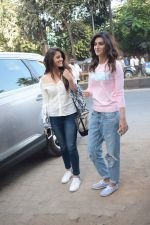 Kriti Sanon And Nupur Sanon Spotted At Juhu For Shoot Of Miss Malini Show on 23rd March 2018 (5)_5ab5f004ba751.JPG