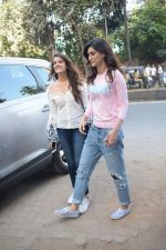 Kriti Sanon And Nupur Sanon Spotted At Juhu For Shoot Of Miss Malini Show on 23rd March 2018 (6)_5ab5ef40d8f04.JPG